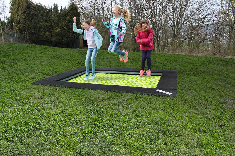Trampoline with coloured mat